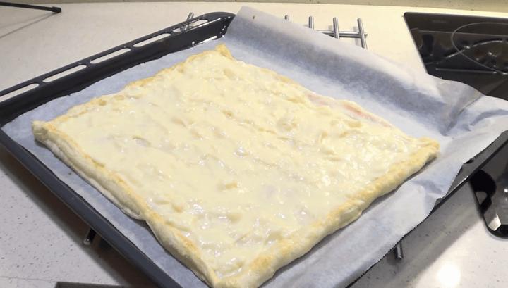 Crema pastelera encima de la masa de hojaldre.