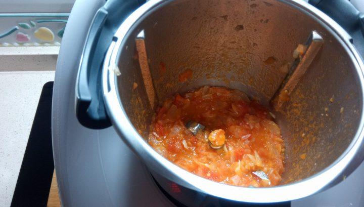 Hacer la salsa para la fideuá