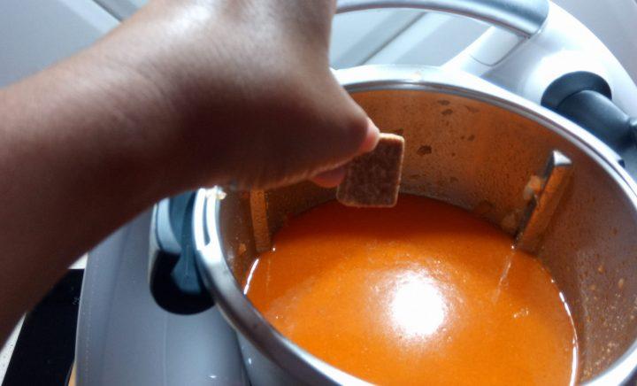 Añadir la pastilla de caldo de pescado para el caldo