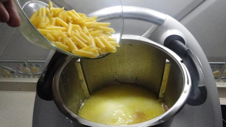 Echar los macarrones en el vaso.