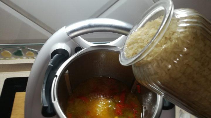 Echar el arroz con pollo