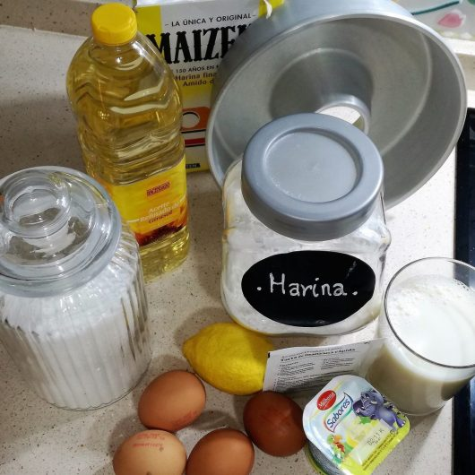 Ingredientes para hacer el bizcocho con limón.