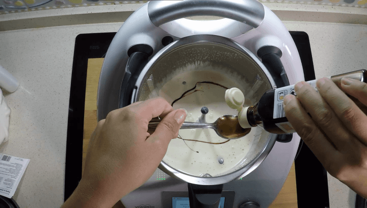 Echar esencia de vainilla bizcocho esponjoso