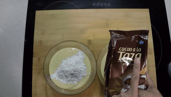 Echar chocolate a la taza.