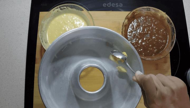 Untar molde con mantequilla.