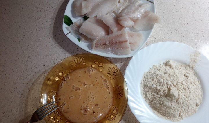 Pasar la merluza por huevo y harina