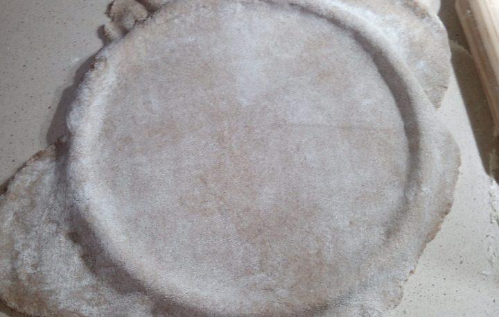 Masa de pizza en el molde
