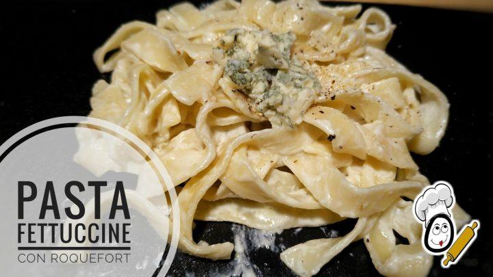 Pasta fettuccine con salsa roquefort.