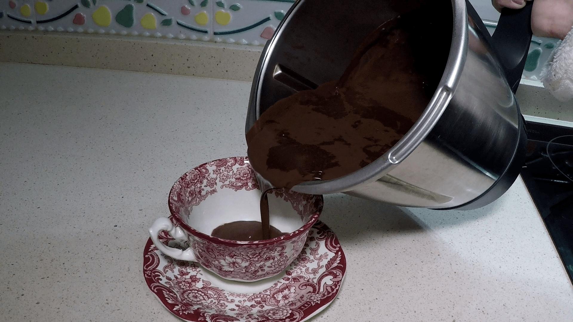 Servir el chocolate a la taza en Thermomix.