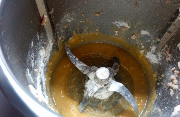 Aceite y harina en el vaso de la Thermomix.