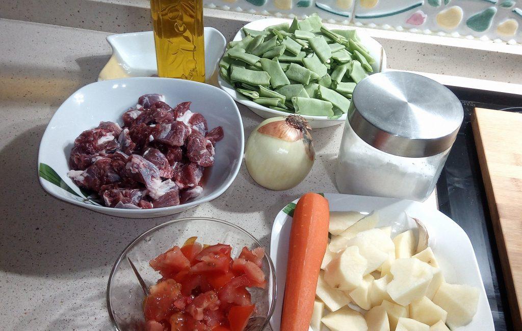 Ingredientes para hacer judías verdes con carne guisadas en olla GM