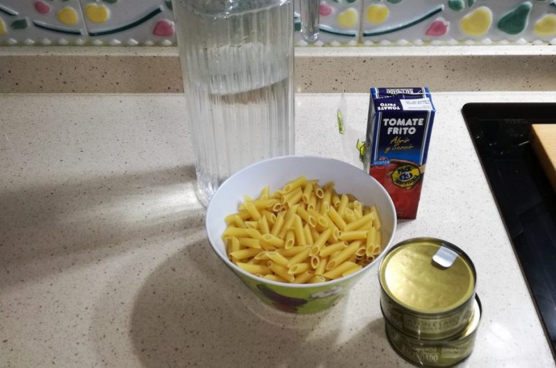 Ingredientes para hacer macarrones con atún con la olla GM