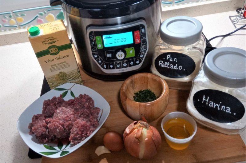 Ingredientes para hacer albóndigas encebolladas