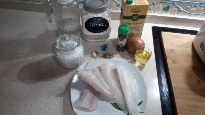 Los ingredientes para hacer merluza en salsa al varoma de la Thermomix