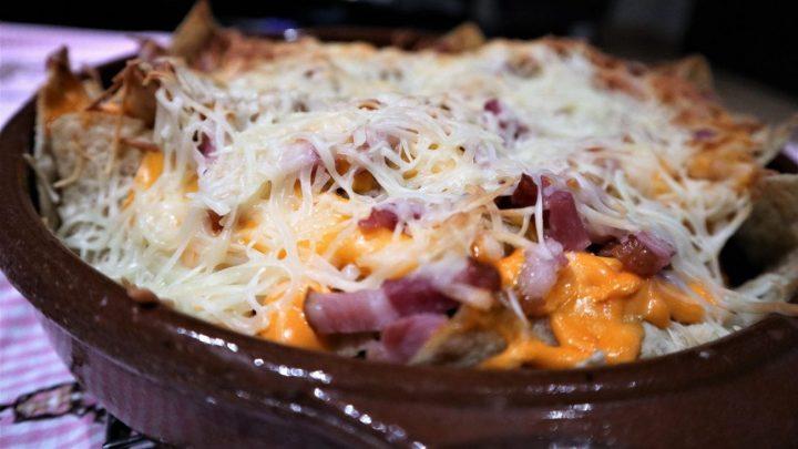 Nachos con bacón y queso