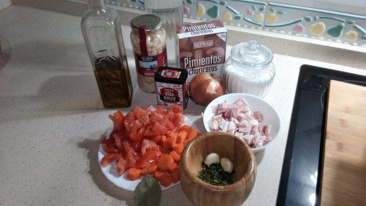 Ingredientes para hacer alubias blancas, con bacón y zanahorias hechas en Olla GM