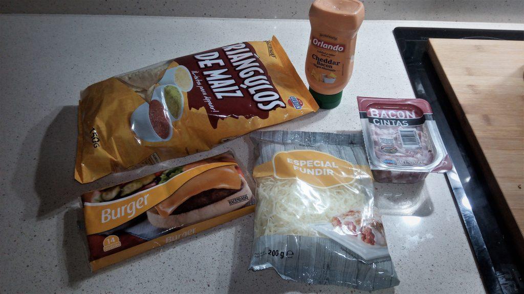 Ingredientes nachos de maíz con bacón y queso