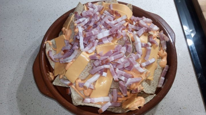 Nachos con bacón y queso quedar