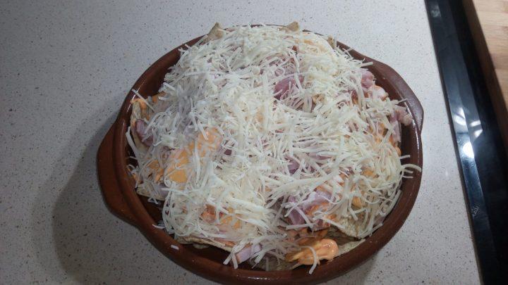 Nachos con queso rayado