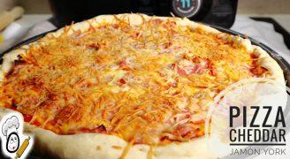Pizza de cheddar y jamón york con Mambo de Cecotec