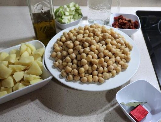 Ingredientes para hacer garbanzos con calabacín y chorizo en Thermomix