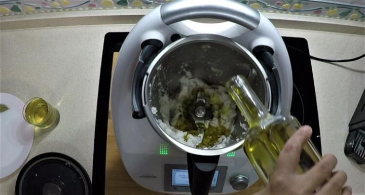 Triturar la cebolla y echar el aceite