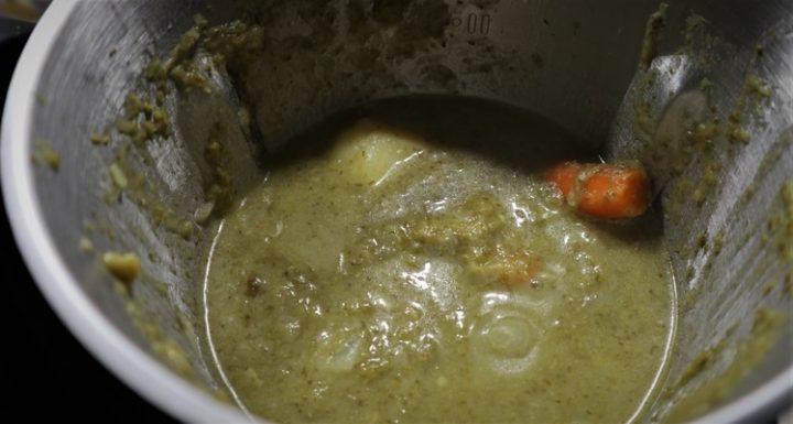 La crema de brócoli triturada en el vaso de Mambo