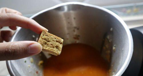 Echar la pastilla de caldo para hacer con Mambo la receta con quinoa