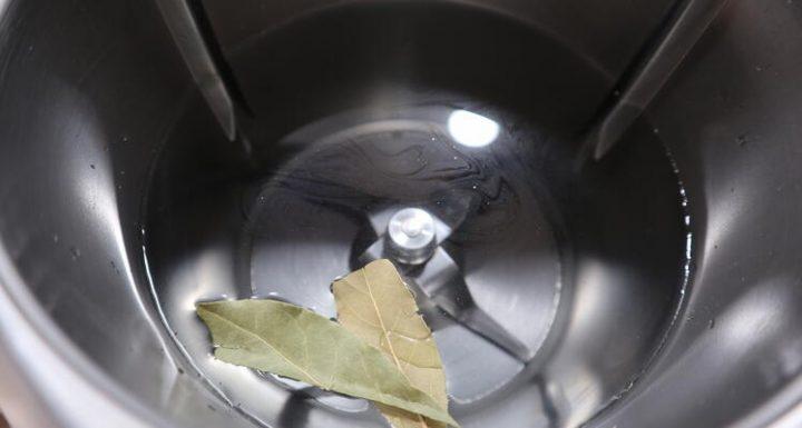 Echar el agua y la hoja de laurel en el vaso de Thermomix
