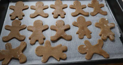 Hornear las galletas de jengibre