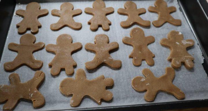 Poner las galletas a hornear