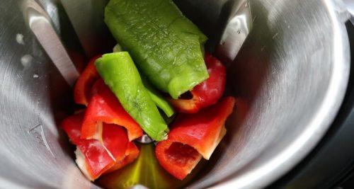 Echar las verduras en el vaso para hacer el arroz con pollo