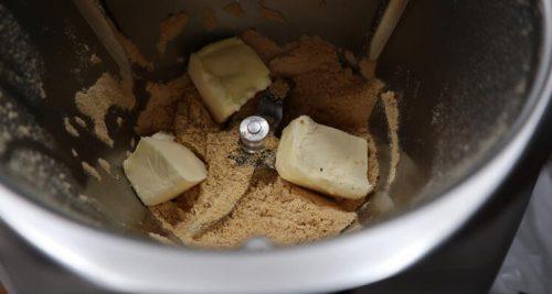 Echar la mantequilla para mezclar con las galletas