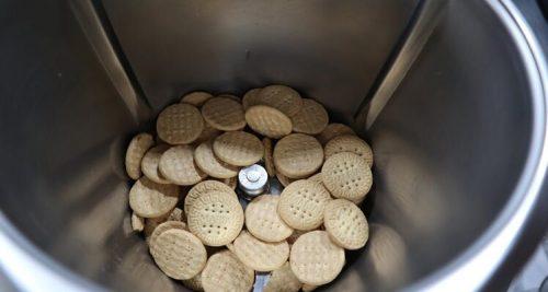 Echar la galletas en el vaso de Thermomix para triturar