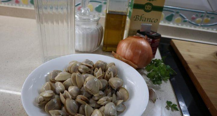 Los Ingredientes para hacer la almejas a la marinera en Thermoomix