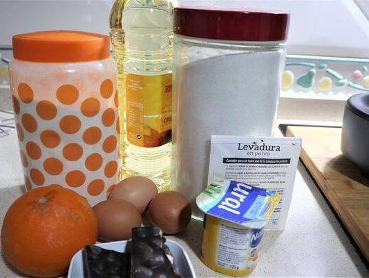 Ingredientes necesarios para hacer el bizcocho de naranja y chocolate en Mambo