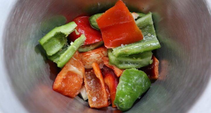 Echar en el vaso las verduras para trocearlas