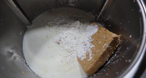 Echar el turrón blando y los demás ingredientes en el vaso de la Thermomix para hacer la tarta