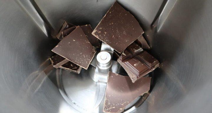Poner el chocolate en el vaso para triturar