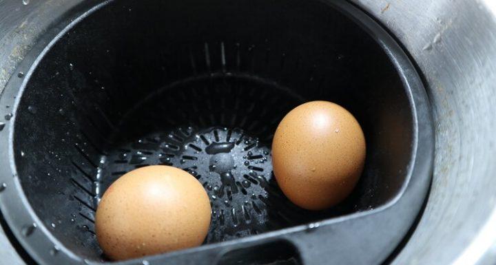 Echar el agua en el vaso y poner los huevos en el cestillo