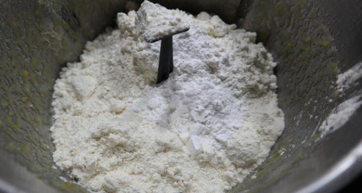Echar la harina para hacer la masa de las magdalenas