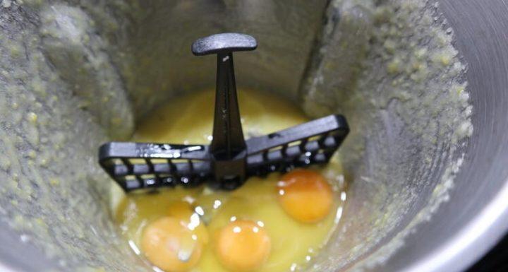 Echar los huevos y poner la mariposa en las cuchillas
