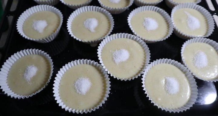 Rellenas los moldes de las magdalenas con la 3/4 partes del molde