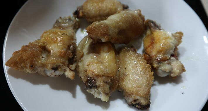 Alitas de pollo fritas en la olla