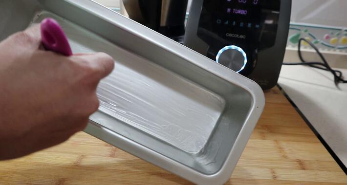 Untar el molde con aceite para echar la masa