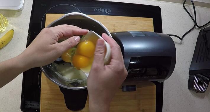Echar lo huevos para preparara la masa del bizcocho