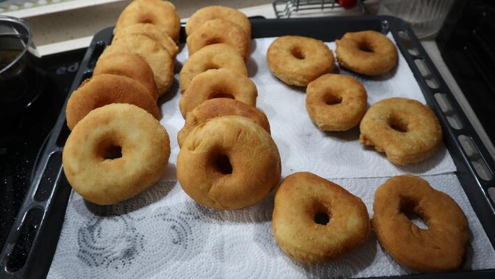 Poner los Donuts en papel absorbente