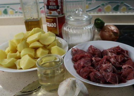 Los ingredientes necesarios para hacer el guiso de carne con patatas en Mambo
