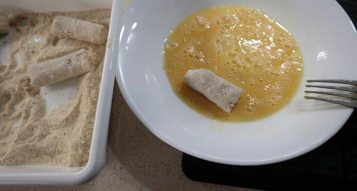 Pasar las croquetas por huevo y pan rallado, ahora las podremos congelar.