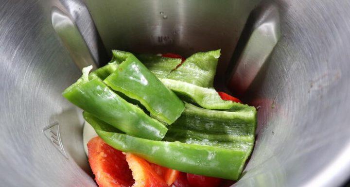 Echar las verduras en el vaso de Mambo para picarlas